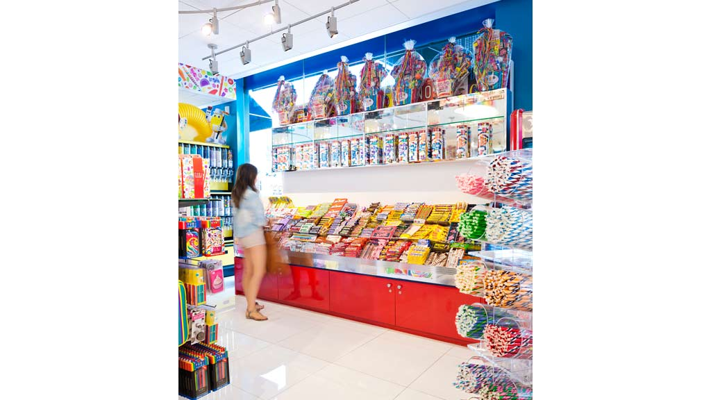 Dylan's Candy Bar employees earn $25, annually on average, or $12 per hour, which is 84% lower than the national salary average of $61, per jestinebordersyz47zv.gaing to our data, the highest paying job at Dylan's Candy Bar is a Sales Associate at $25, annually while the lowest paying job at Dylan's Candy Bar is a Sales Supervisor at $17, annually.